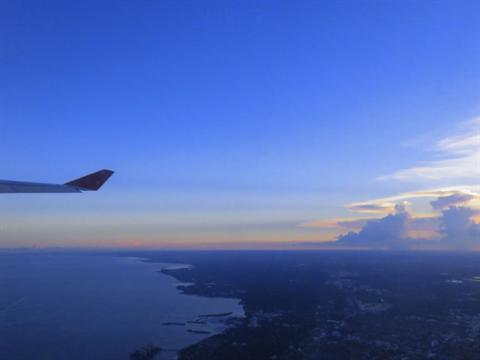 空と飛行機の画像